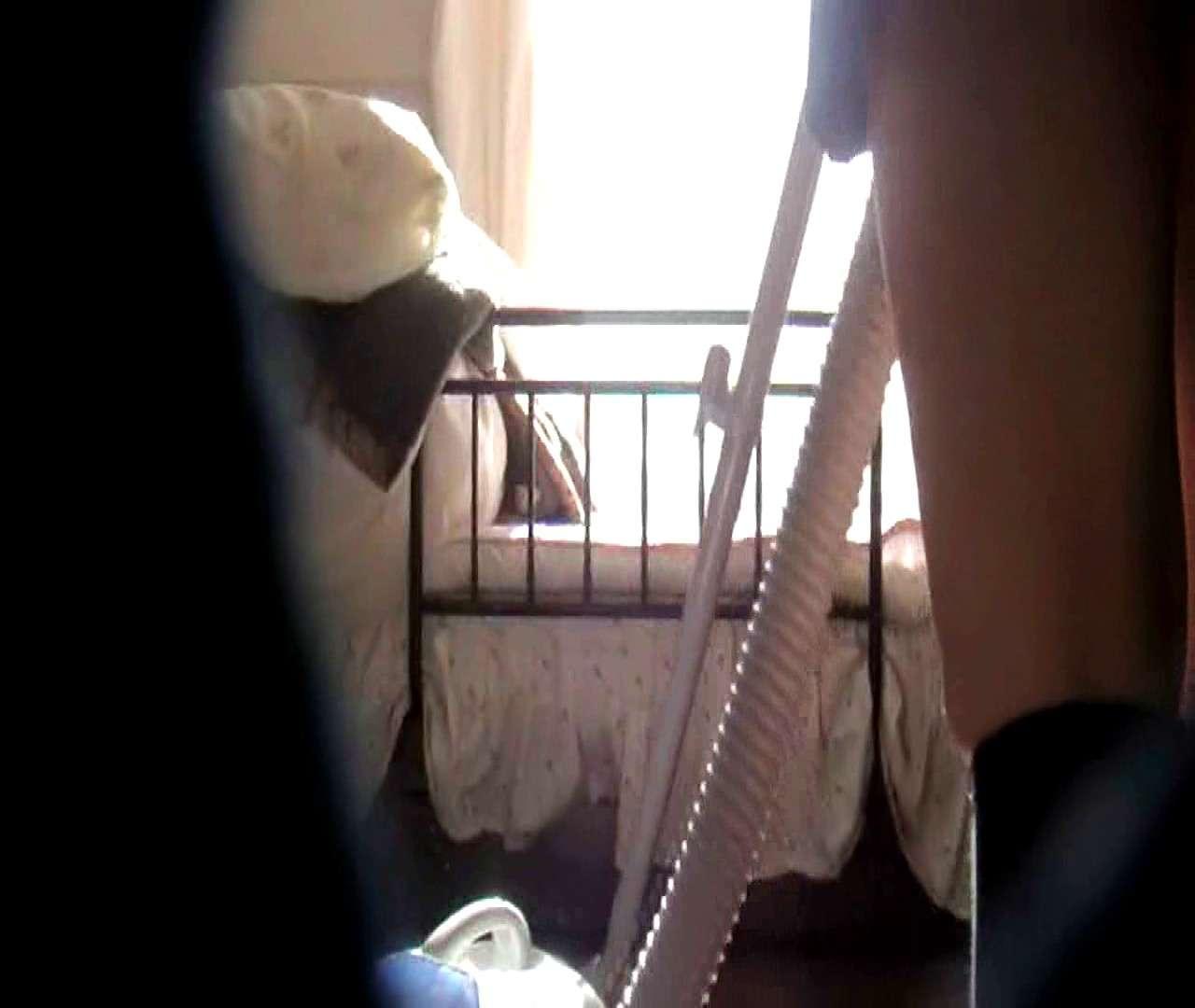vol.3 まどかがパンツを見せながら部屋掃除、洗面所も少しどうぞ。 ギャル達  100枚 35
