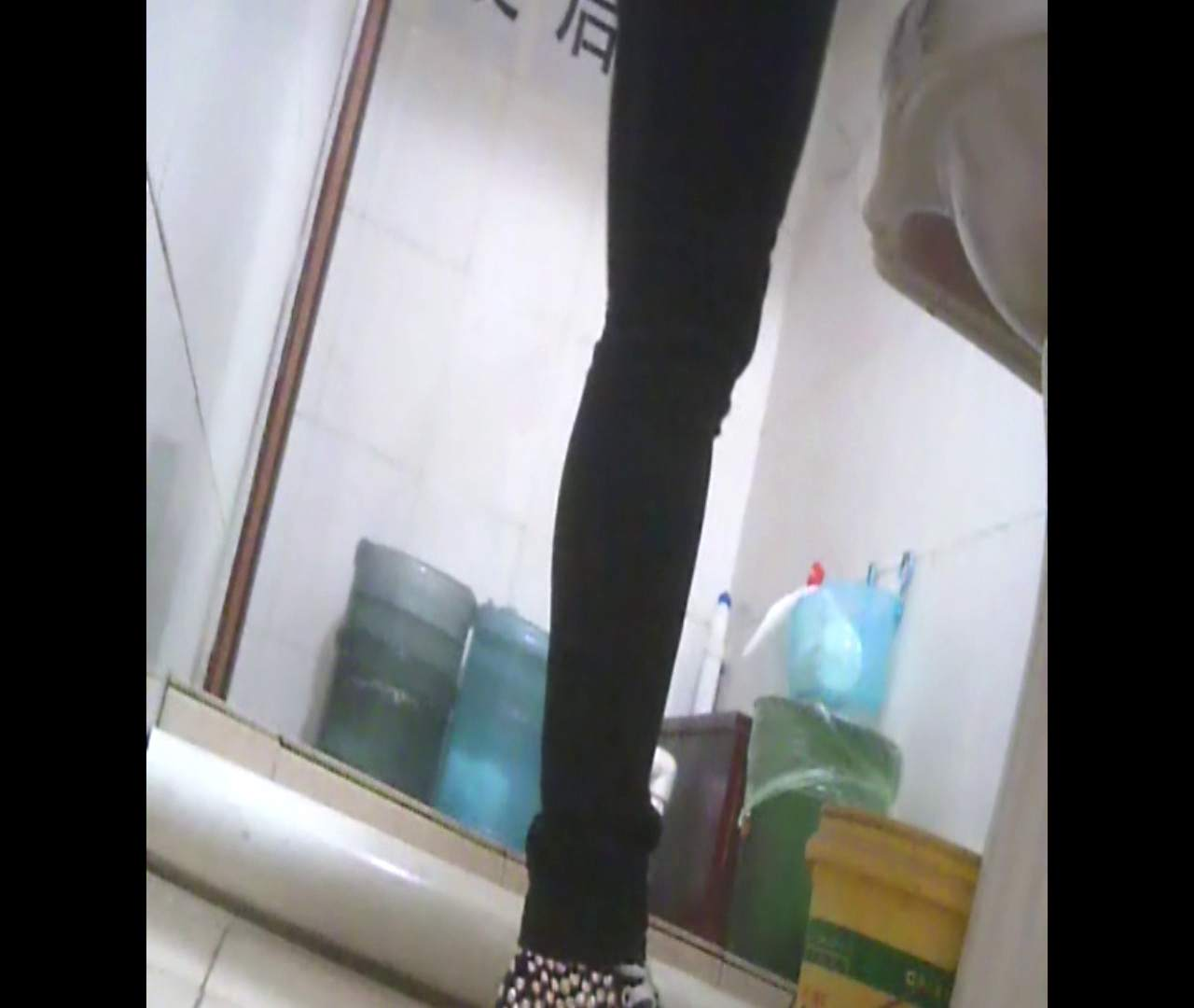 Vol.05 ズボンをはく時の左足! 丸見え | 洗面所のぞき  111枚 95